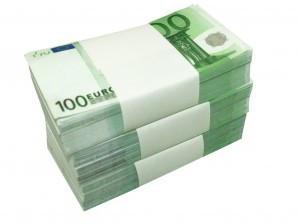 tres montones de billetesn de 100 euros