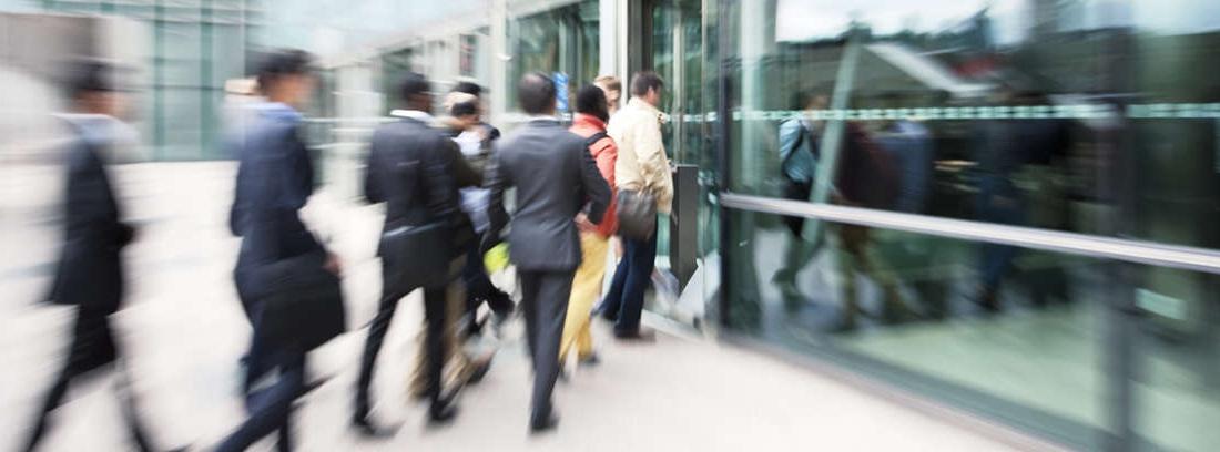 funcionarios entrando en una oficina