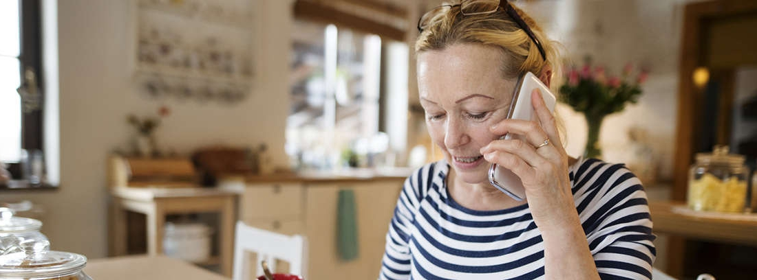 Señora de media edad habla por el móvil