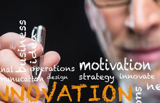 """Hombre mayor escribiendo en una pizarra digital la palabra """"innovation"""""""