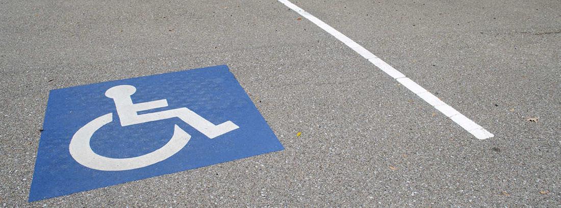 señal de discapacitados en el suelo