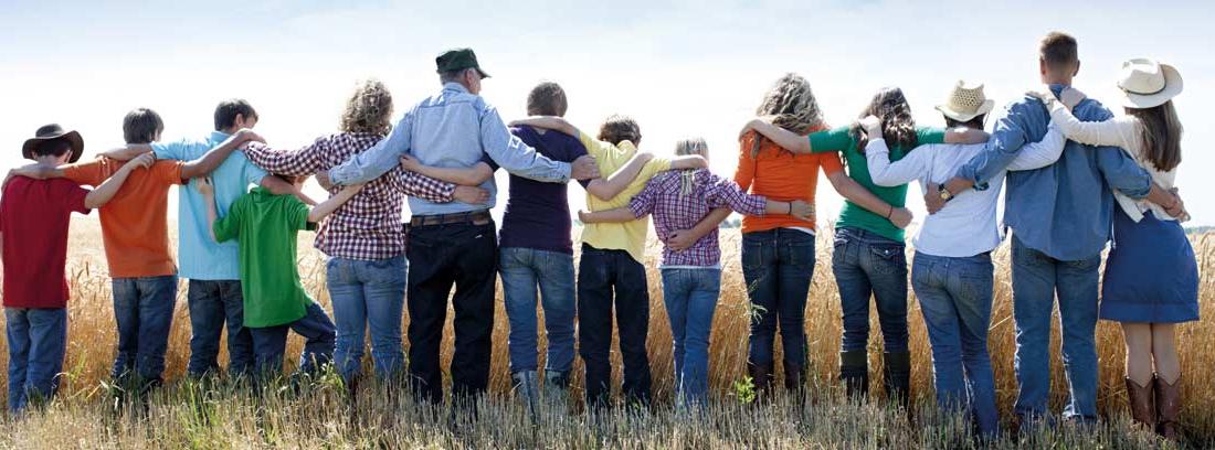 Grupo de personas de todas las edades vistas de espaldas
