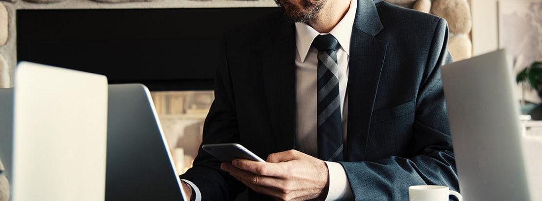 Un profesional trabaja con su ordenador