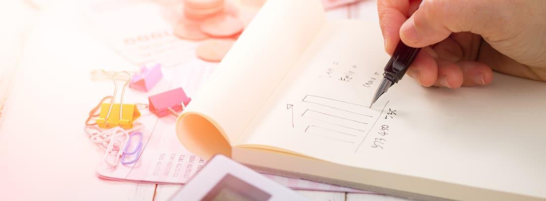 Un trabajador calcula y apunta en un papel los resultados