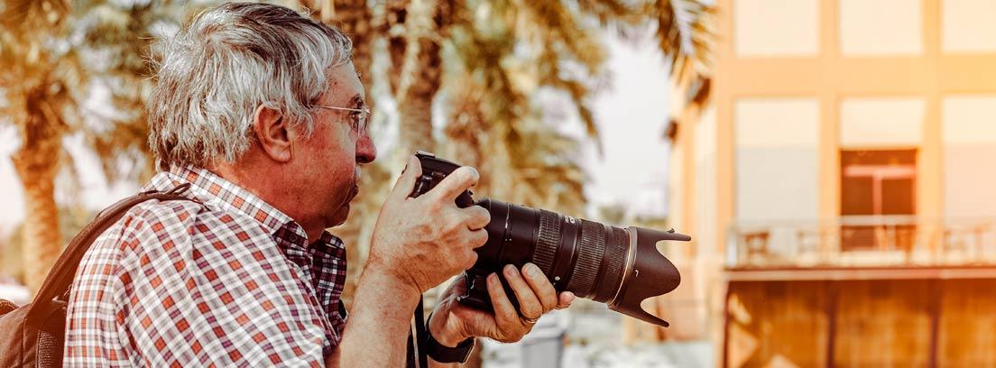 Hombre mayor con una cámara de fotos