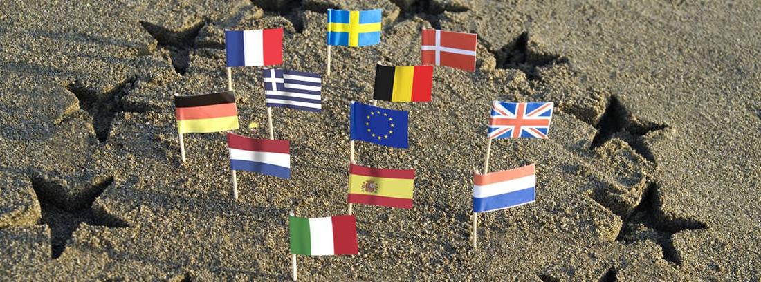Arena de playa con estrellas en semicírculo y banderas de distintos países