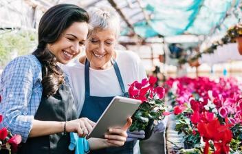 Dos mujeres trabajando en una floristería