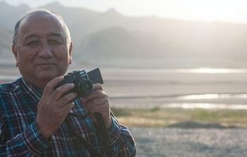 Hombre de avanzada edad con cámara de fotos