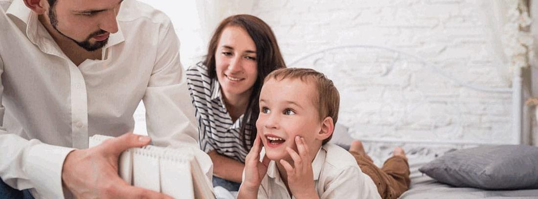 Hombre, mujer y niño mirando un calendario