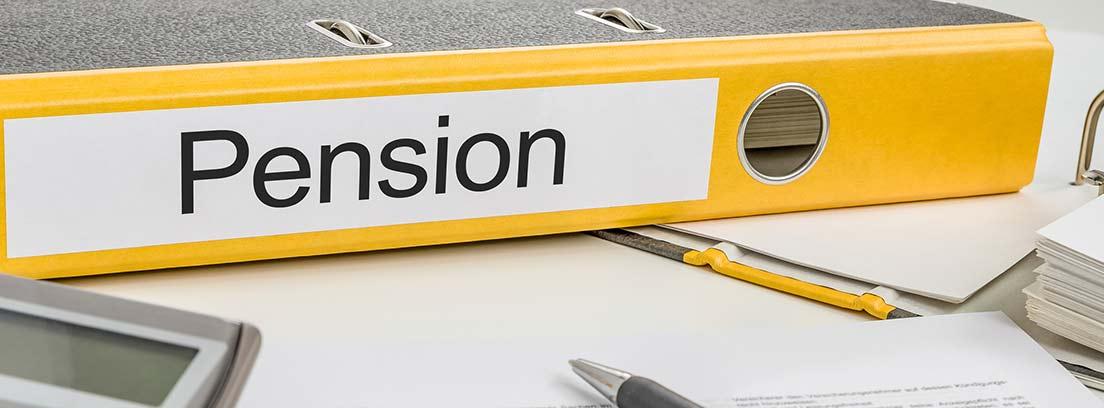"""Calculadora, bolígrafo y carpeta con la palabra """"pensión"""" escrita en inglés"""
