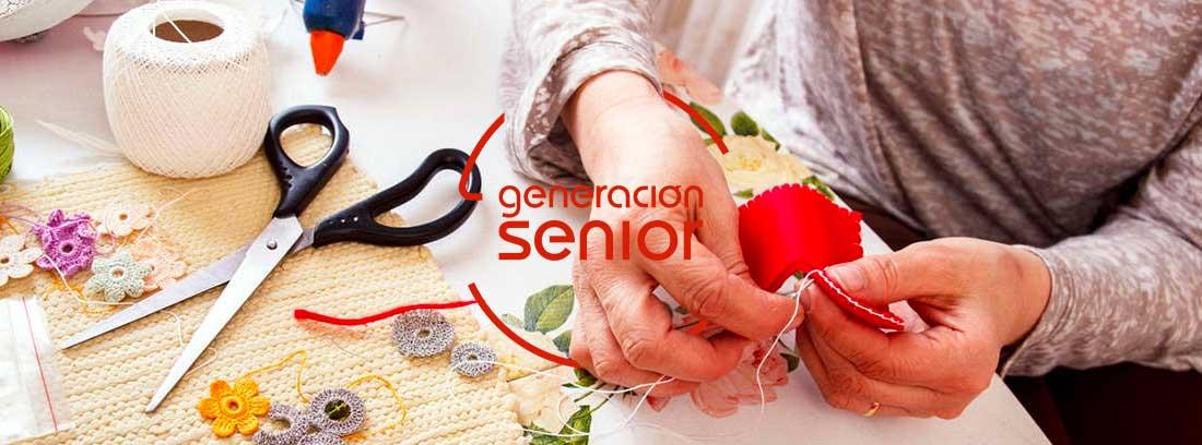 ¿Qué hacer para vivir de la jubilación?: mujer realizando labores de costura