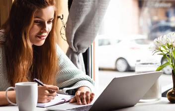 Mujer consultando en un ordenador los ahorros de un plan de pensiones