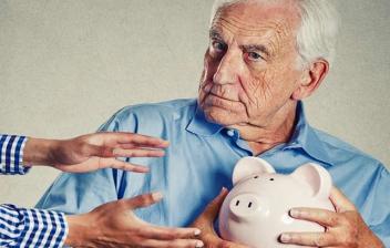 hombre mayor pensando cuanto se reducirá mi pensión si me jubilo a los 65 años