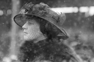 fotografía en blanco y negro de una mujer viuda