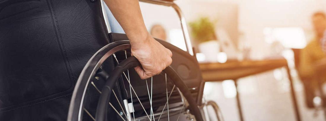 persona en silla de ruedas con pensión por incapacidad permanente