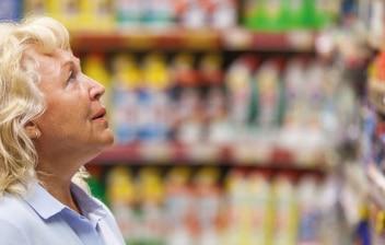 Mujer mayor comprando en un supermercado