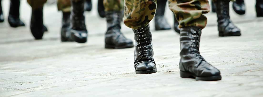 Militares caminando