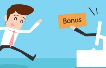 """Ilustración de un hombre corriendo hacia un ordenador del que sale una mano sujetando un papel con la palabra """"bonus"""""""