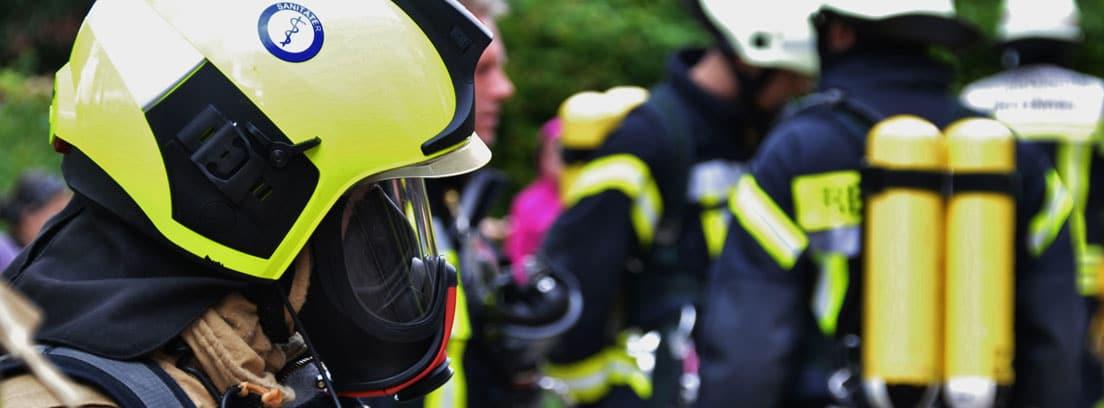 Hombres de equipo de rescate con uniforme
