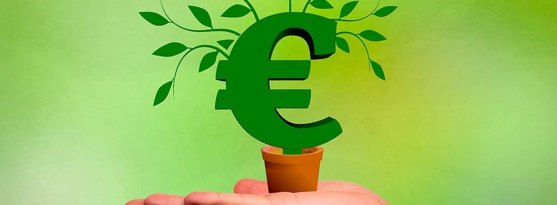Mano sujetando una maceta con el símbolo del euro