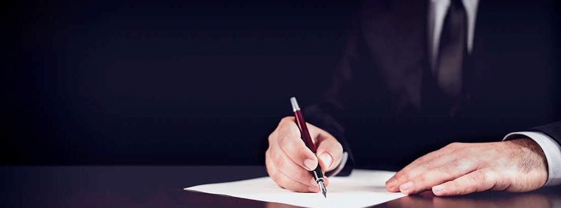 Hombre firmando un documento