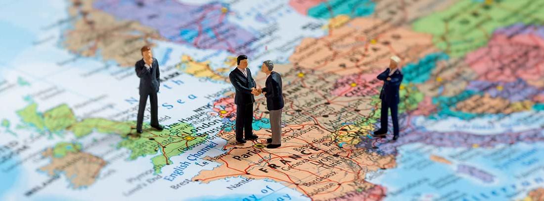 Gente de negocios en miniatura sobre un mapa de Europa