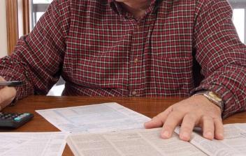 hombre solicitando los documentos tramitar la pensión de jubilación