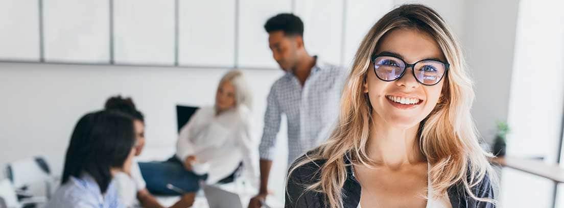 Mujer sonriente en un entorno de trabajo