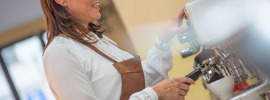 Mujer haciendo un café en una cafetera
