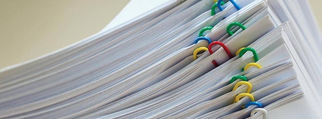 Varios folios sujetados con clips de colores