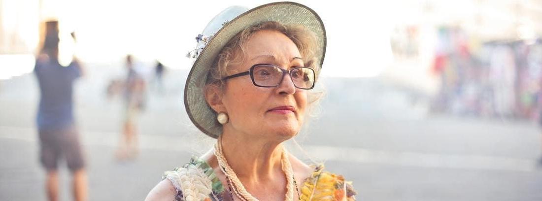 mujer que va a tramitar la pensión de viudedad