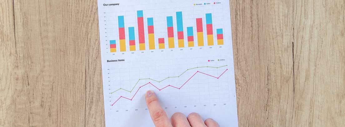 Una mano señala una gráfica en un papel