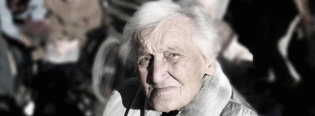 Mujer mayor con pelo blanco