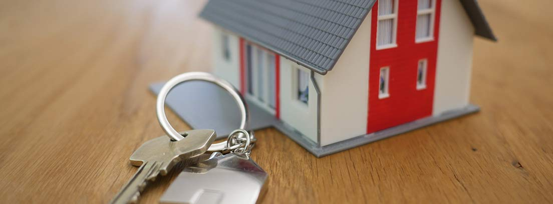 Llaves y casa en miniatura