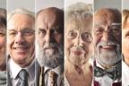 Primer plano de varias personas mayores