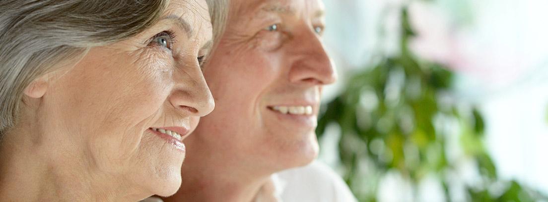 Primer plano del perfil de un hombre y una mujer mayores