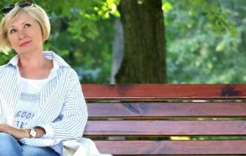 mujer sentada en un banco con edad para jubilarme de forma anticipada