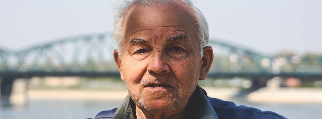 hombre con la edad jubilación mínima España
