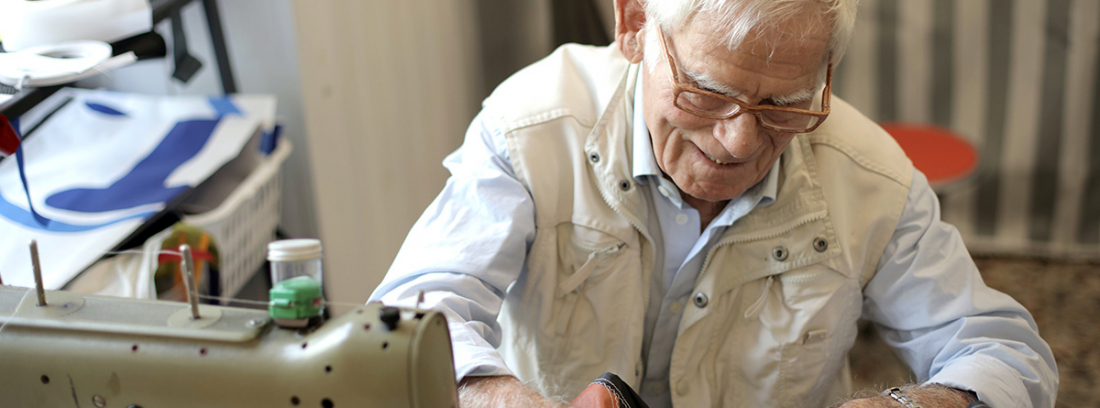 Anciano en taller textil