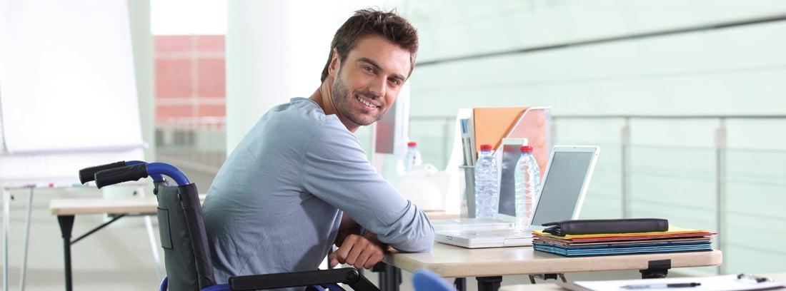 Hombre con incapacidad permanente parcial en su puesto de trabajo