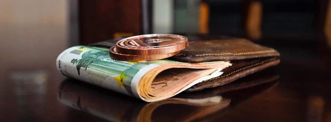 Cartera con billetes y monedas