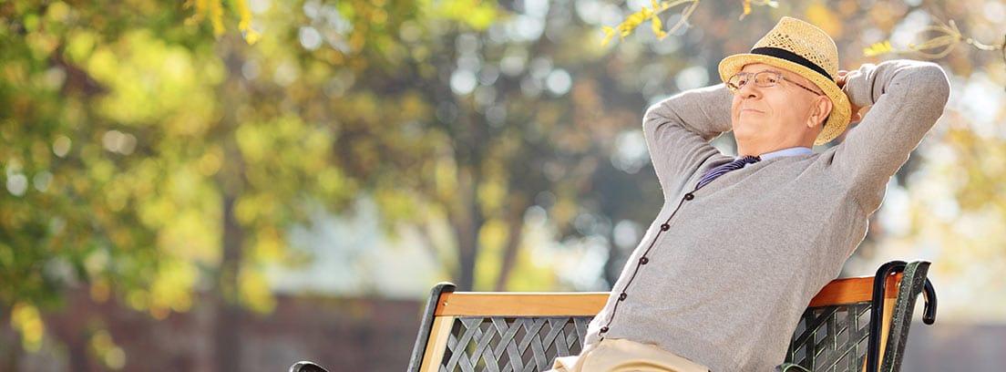 Hombre de avanzada edad sentado en un banco