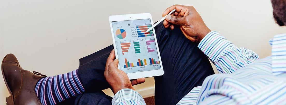 Hombre revisa las gráficas de inversión
