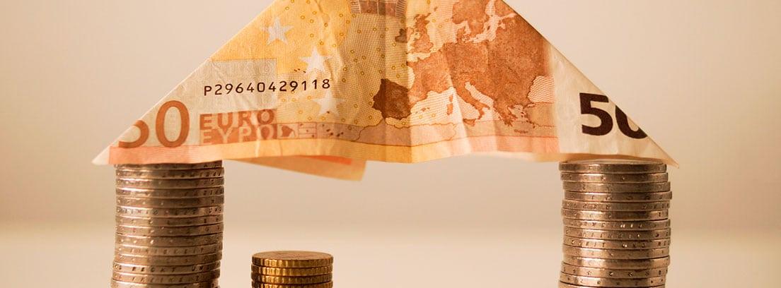 Casa hecha con billetes y monedas