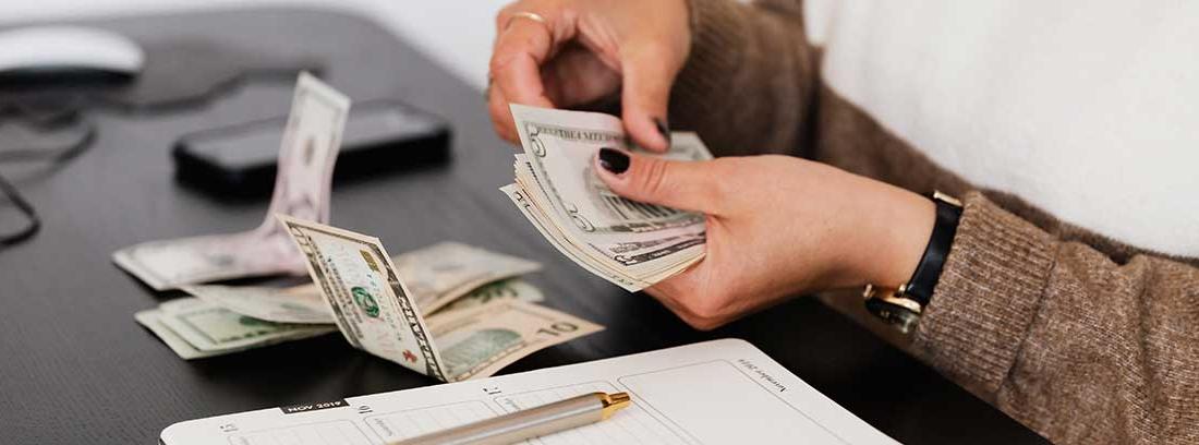 Una mujer cuenta billetes