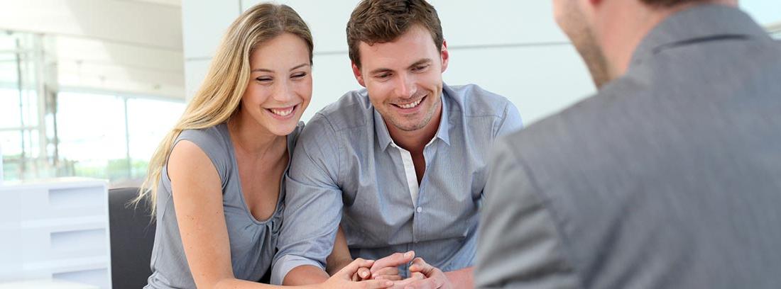 Una pareja con un gestor bancario