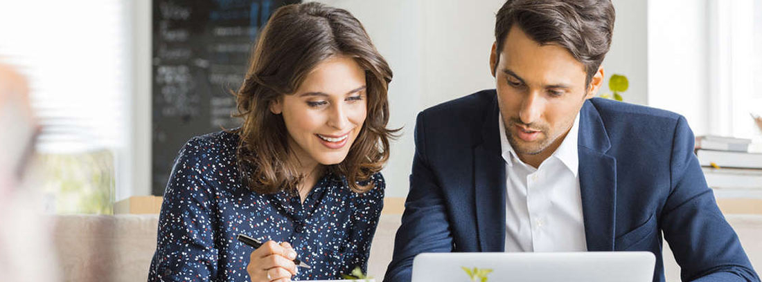 Hombre y mujer mirando una pantalla