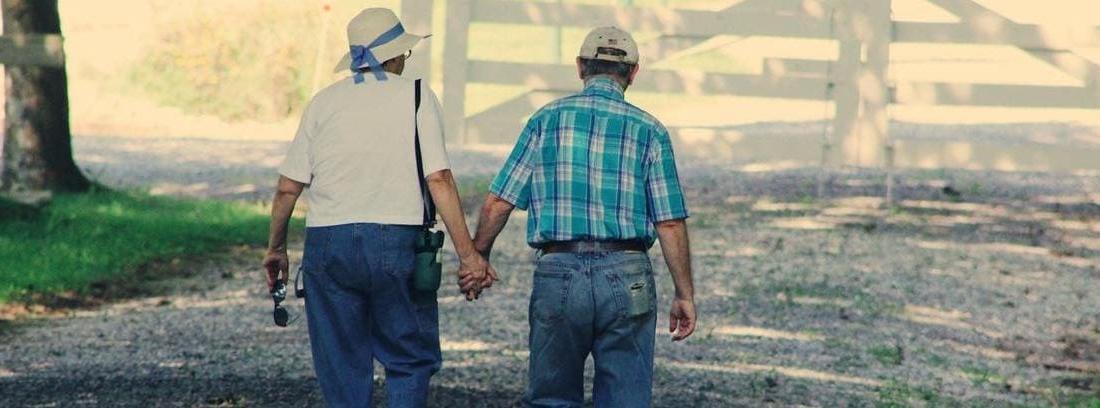 pareja mayor disfrutando de su jubilación anticipada forzosa