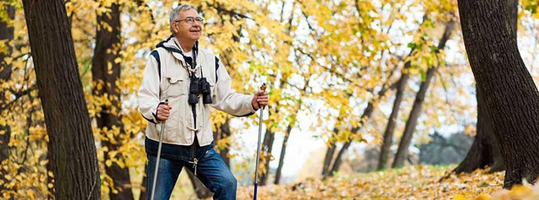 Hombre mayor haciendo senderismo en un bosque