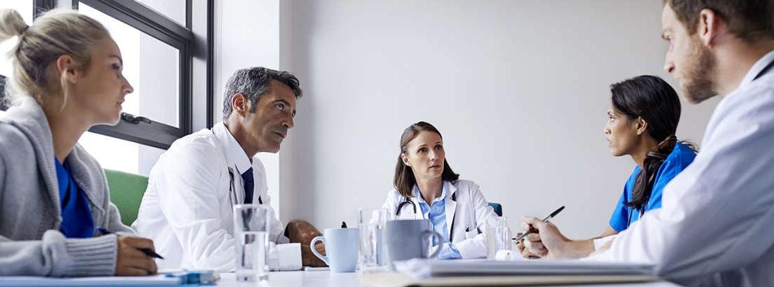 Médicos alrededor de una mesa